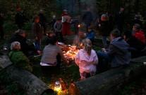 "Bålstemning ved vandrehjemmet i Riis Skov. Foto fra ""Riiskov – Nærvær & fremsyn"""